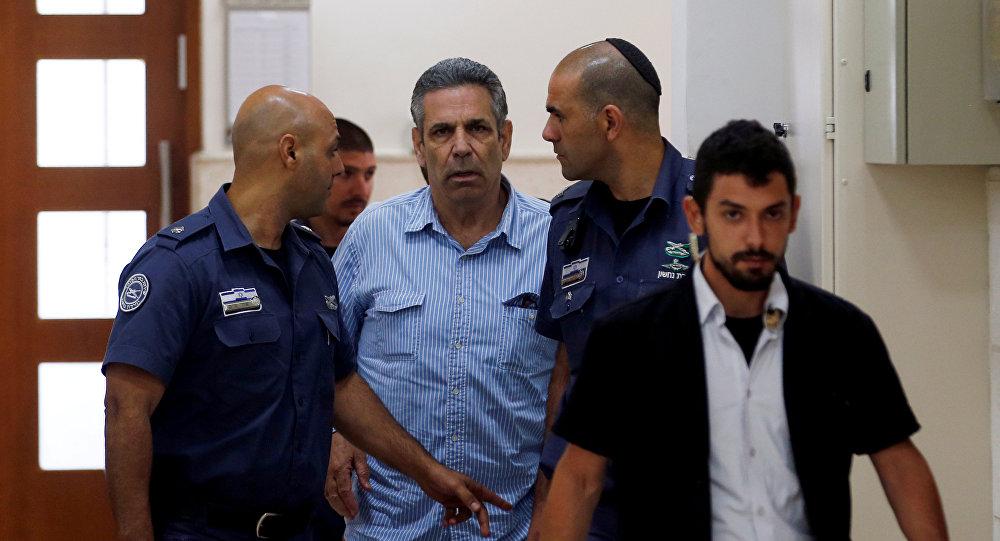 Бывший министр правительства Израиля Гонен Сегев, обвиняемый в подозрении в шпионаже в пользу Ирана, сопровождается тюремными охранниками, когда он прибывает в суд в Иерусалиме. 5 июля 2018 года