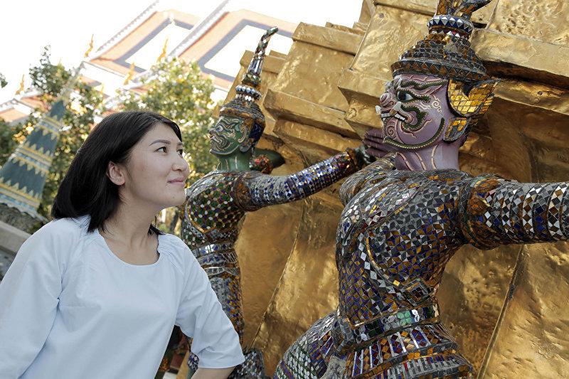 Журналист Бегимай Бакашева у скульптуры в Королевском дворце в Бангкоке
