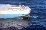 В Тихом океане сняли на видео горящее судно с тысячами авто на борту