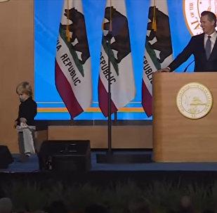 Речь главы Калифорнии на инаугурации сорвал сын с соской во рту. Видео