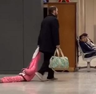 Папа тащит упрямую дочь за капюшон — видео стало вирусным