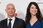 Глава и основатель интернет-компании Amazon Джефф Безос и его жена Маккензи Безос в штаб-квартире издателя Axel-Springer в Берлине. 24 апреля 2018 года