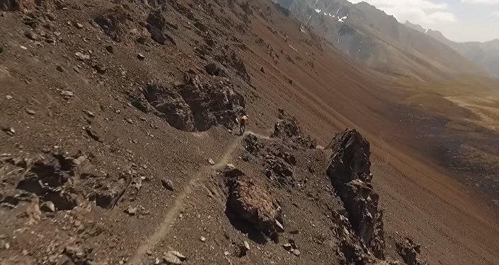 Британские велосипедисты спускались с крутых склонов в Кыргызстане. Видео
