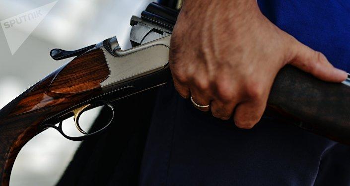 Мужчина с ружьем. Архивное фото