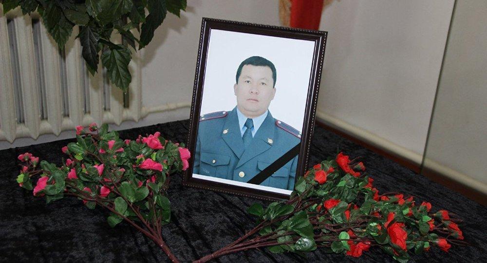 Портрет погибшего в результате автонаезда, сотрудника УВД Нарынской области, подполковника милиции Кунболота Касымалиева