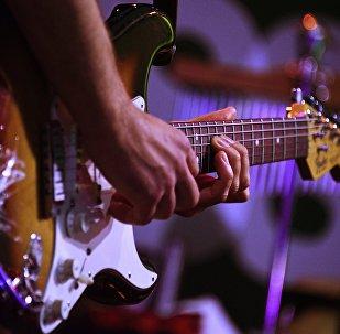 Музыкант с гитарой. Архивное фото
