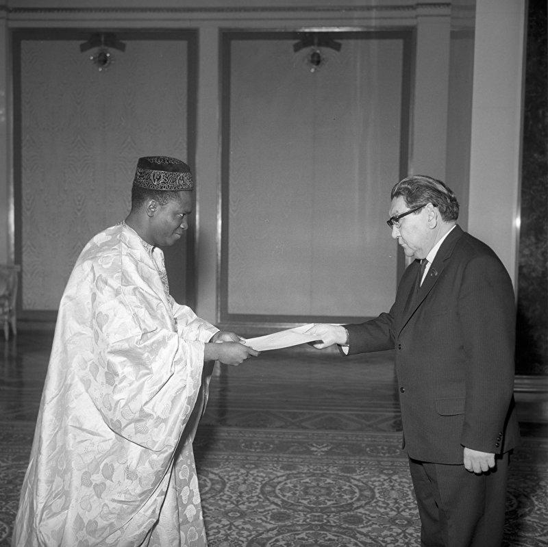Чрезвычайный и полномочный посол Республики Мали в СССР Тидиани Гиссе вручает верительные грамоты заместителю председателя Президиума Верховного Совета СССР Турабаю Кулатову.