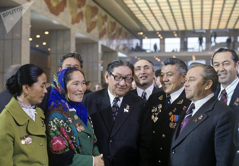 Делегаты XXV съезда КПСС из Казахстана и Киргизии.