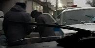 Көчөдө түкүрүнгөн дагы эки милиционер видеого түшүп калды