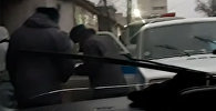 Попались! В Бишкеке снова сняли плюющихся милиционеров — видео