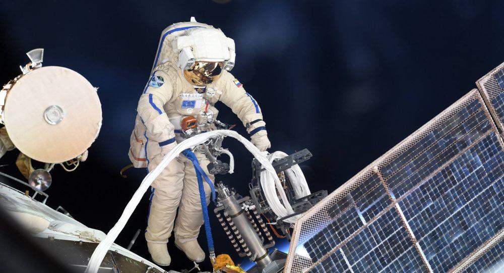 Ачык космоско чыккан космонавт. Архивдик сүрөт