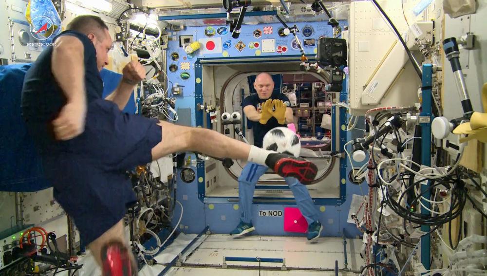 Космонавты Роскосмоса Антон Шкаплеров (на первом плане) и Олег Артемьев проводят тренировку по футболу на Международной космической станции