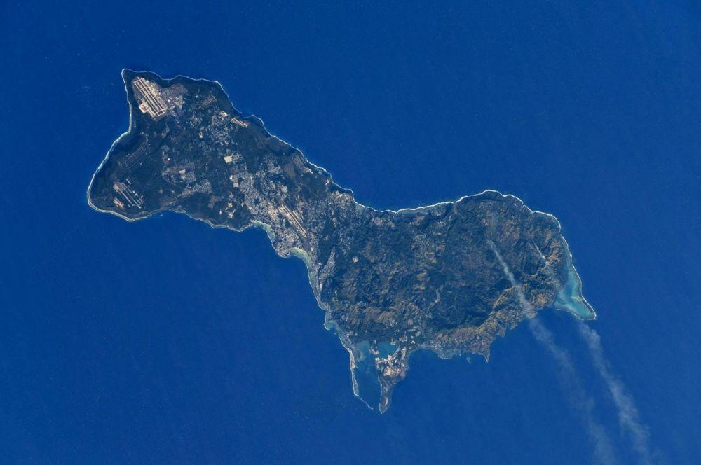 Снимок острова Гуам из космоса. С пони его роднит не только форма, но и миниатюрный размер — остров можно объехать всего за несколько часов: с севера на юг он вытянут на 50 км, ширина — 12 км.