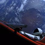 Личный автомобиль главы SpaceX Илона Маска, красный кабриолет Tesla Roadster, выведенный на орбиту ракетоносителем Falcon Heavy американской компании SpaceX, с манекеном в скафандре за рулем в космическом пространстве