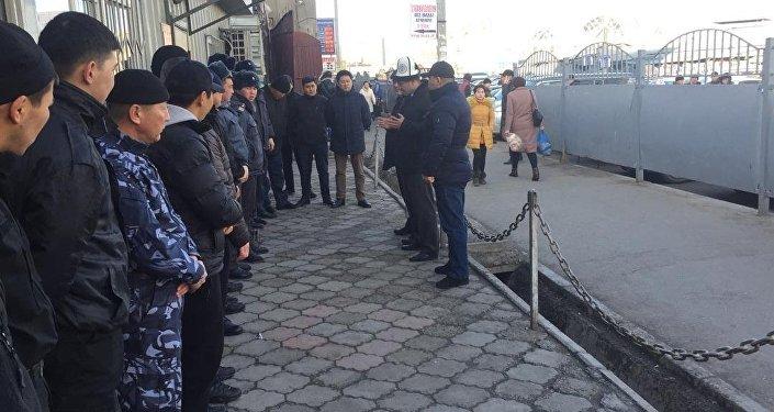 Охрана на Ошском рынке в Бишкеке