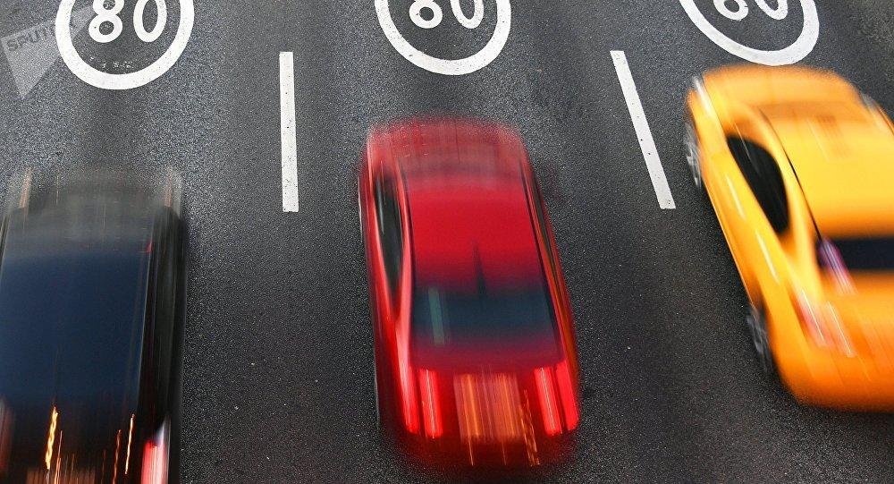 Автомобили едут по дороге. Архивное фото