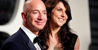 Миллиардер Джефф Безос, владелец Amazon и его жена Маккензи Безос. Архивное фото