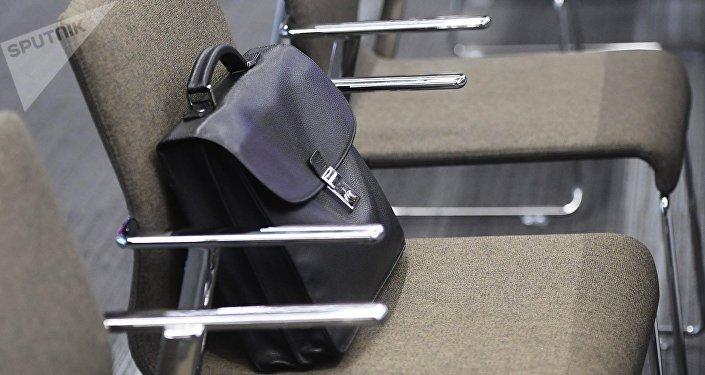 Портфель на кресле. Архивное фото