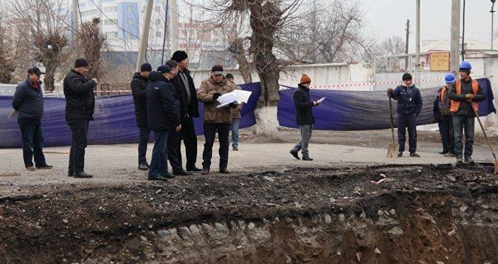 Өз кезегинде калаа башчысы Таалайбек Сарыбашов көпүрөнүн сапаттуу курулушуна көңүл буруларын белгилеген.