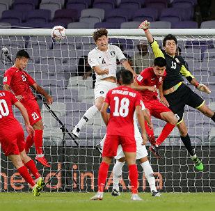 Футболисты сборных Кыргызстана и Южной Кореи во время матча группового этапа Кубка Азии по футболу в ОАЭ. 11 января 2019 года