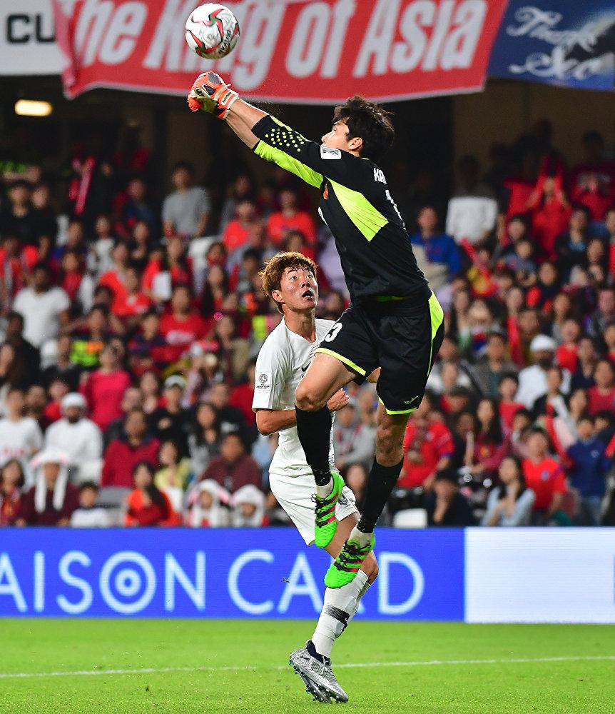 Вратарь сборной Кыргызстана Кутман Кадырбеков  отбивает мяч во время матча группового этапа Кубка Азии по футболу с командой Южной Кореи в ОАЭ. 11 января 2019 года