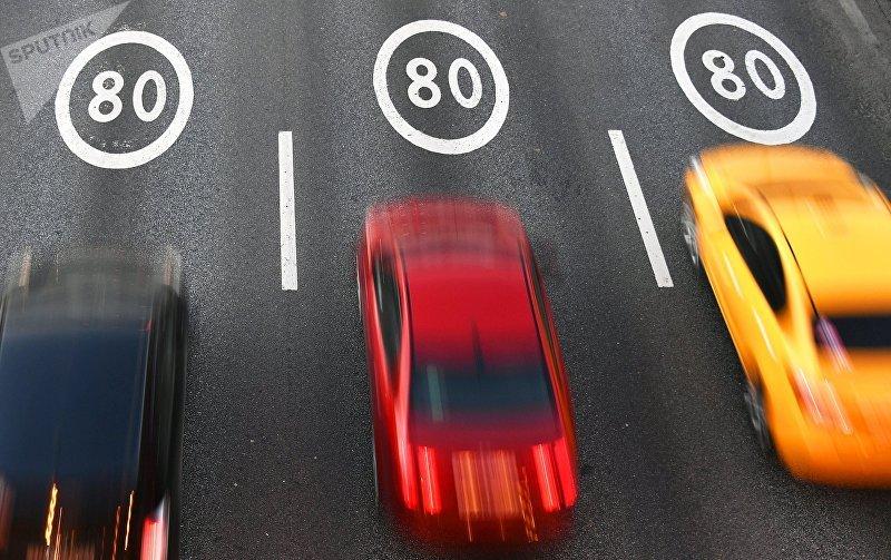Автомобили едут по участку Третьего транспортного кольца в Москве с ограничением скорости 80 км/ч.