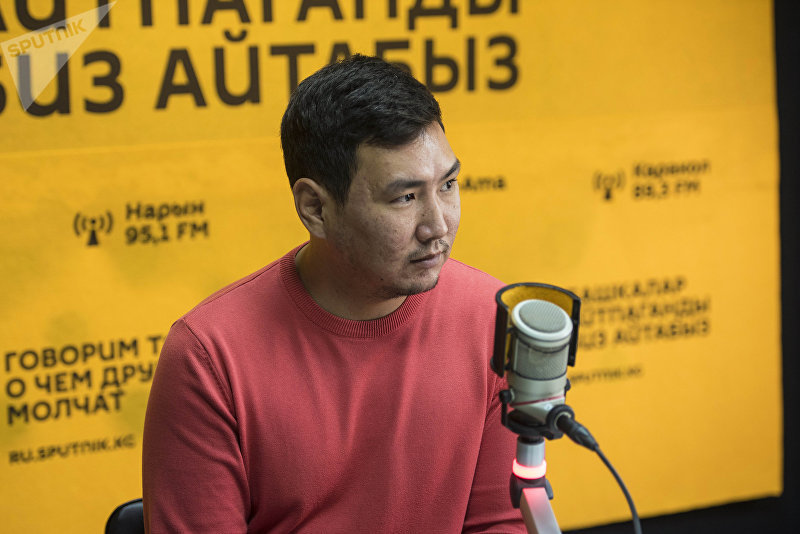 Бизнесмен и программист Акылбек Эсеналиев во время беседы на радио Sputnik Кыргызстан