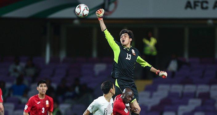 Вратарь сборной Кыргызстана Кутман Кадырбеков во время матча группового этапа Кубка Азии по футболу с командой Южной Кореи в ОАЭ. 11 января 2019 года