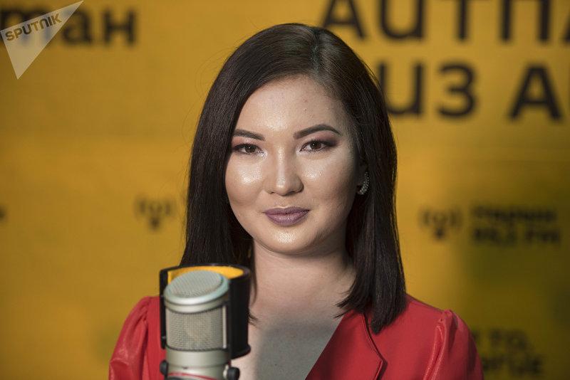 Поэт и журналист Рыскуль Изатова во время интервью на радио Sputnik Кыргызстан