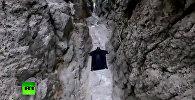 Экстремалы на большой скорости пролетели сквозь расщелину в горах — видео
