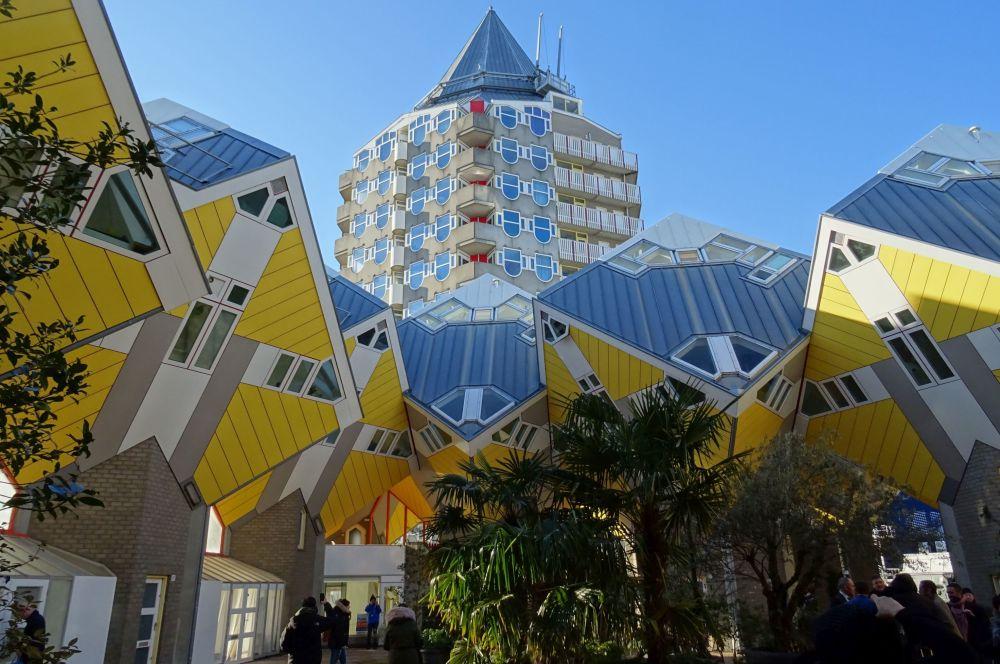 На втором месте — голландский Роттердам с его иллюминацией и стрит-артом. На фото — один из домов-кубов.