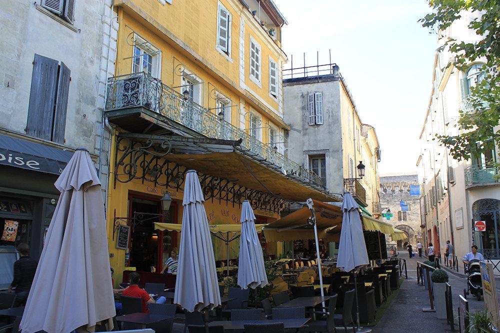 Четвертую строчку занял город Арль во Франции, где Винсент Ван Гог написал более 200 картин. На фото — кафе, названное в честь великого художника.