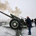 7-январь күнү РФ президенти Владимир Путин Санкт-Петербургдун Петропавлов чебин кыдырып жүрүп, салтка айланып калгандай замбиректен ок атты