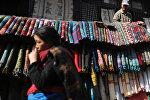 Непалда көчө аралап бараткан аял. Архидвик сурөт