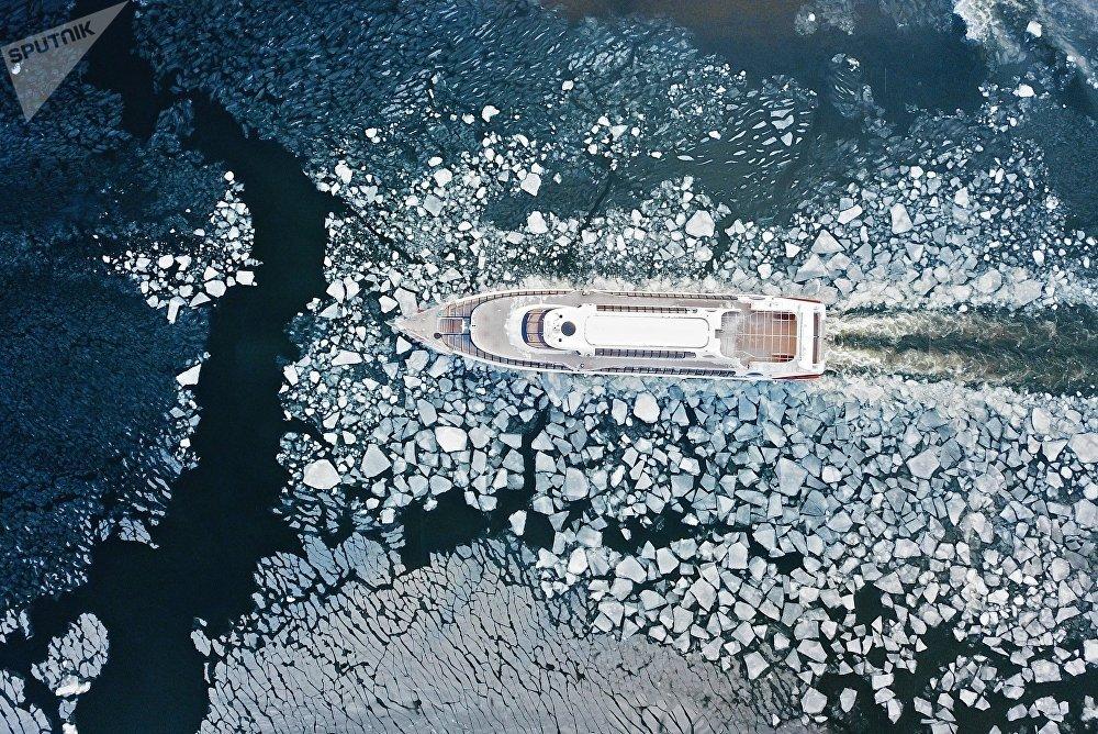 Москва дарыясынан сүзүп бара жаткан кеме