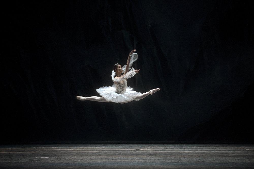 Репетиция балета Баядерка в театре Маэстранса в Севилье