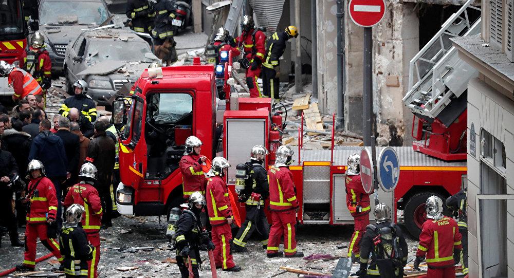 Пожарные работают на месте взрыва в пекарне в 9-м округе Парижа, Франция, 12 января 2019 года