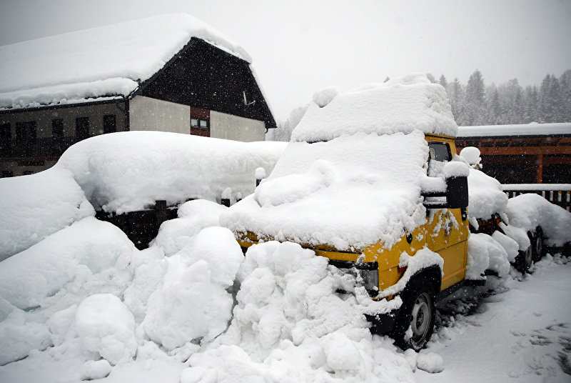 Припаркованный автомобиль покрыт снегом в Гестлинге, Австрия, 9 января 2019 года