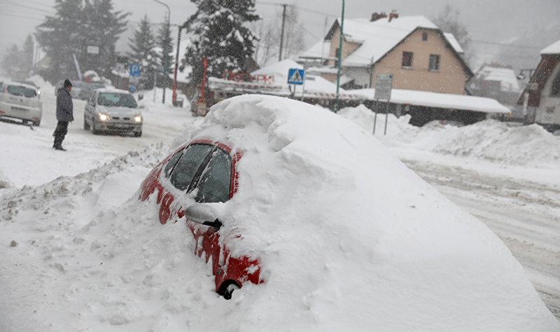 Покрытая снегом машина в Щирке, Польша, 8 января 2019 года