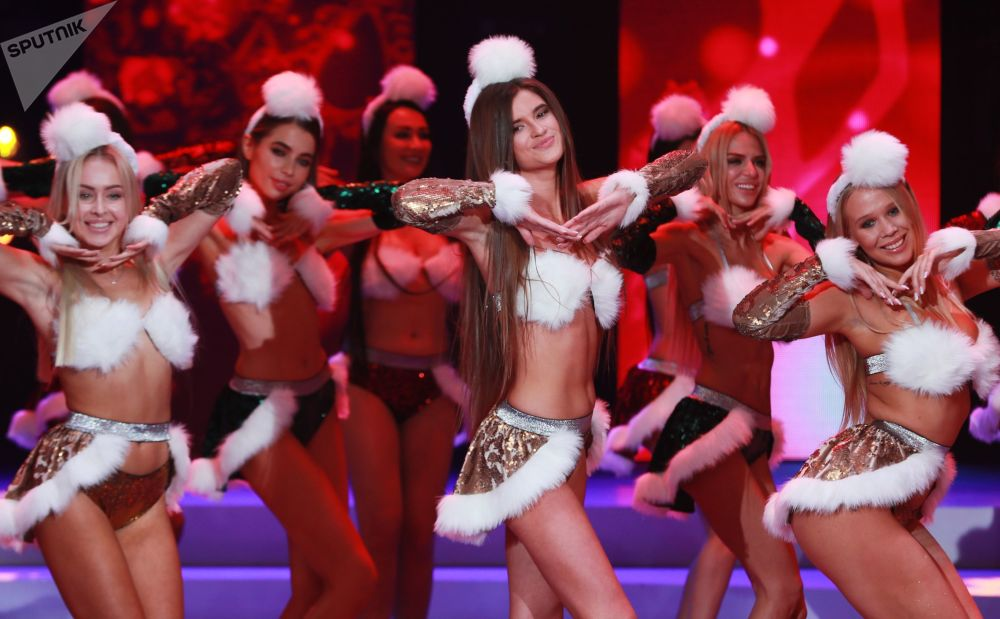 Десятки красавиц в образе Снегурочки на конкурсе красоты Мисс Москва-2018, который прошел в конце октября в прошлом году