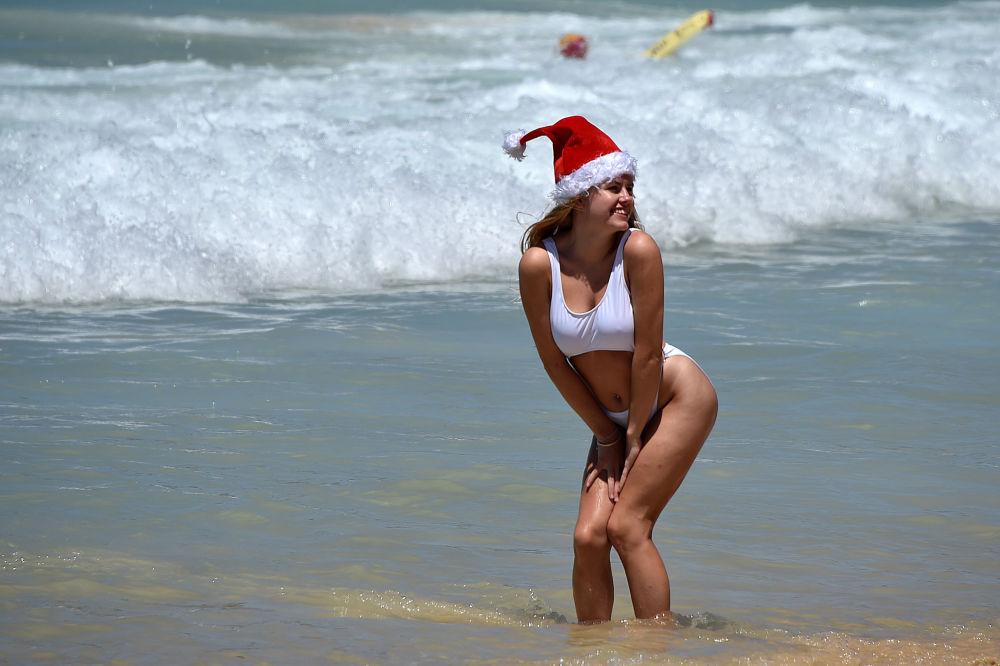 А эту Снегурочки сфотографировали в день празднования католического Рождества на пляже Сиднея