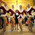 Участницы легендарной нью-йоркского танцевального коллектива Rockettes в новогодних костюмах