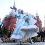 Манежная площадь Москвы – выступление артистов на фестивале Путешествие в Рождество