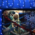 Чудеса случаются в обычном общественном транспорте Москвы, где катается сказочная Снегурочка