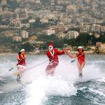 Две Снегурочки и Санта Клаус, участники Ливанского клуба водных лыж покоряют волны на лыжах