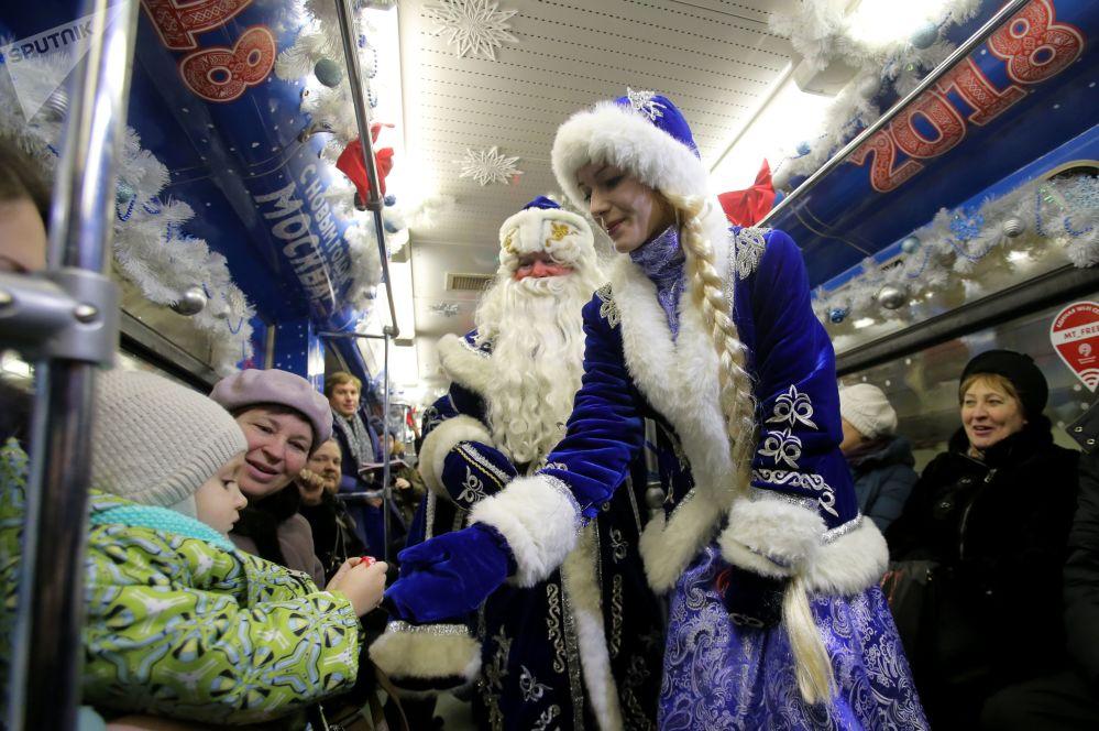 Главные символы нового года Дед Мороз и Снегурочка поздравляют с праздником пассажиров тематического поезда