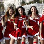Девушки в новогодних костюмах позируют на пляже в Ницце.