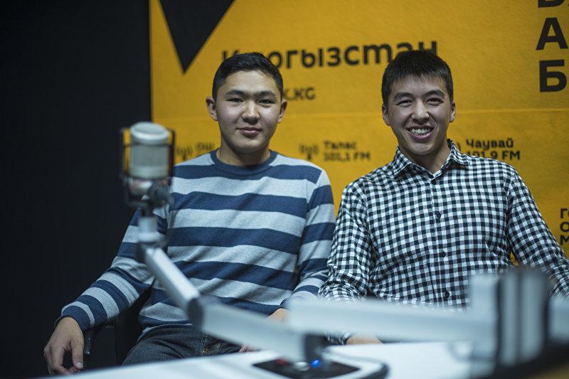 Молодые предприниматели Адылжан Махкамбаев (справа) и Нурлан Абдылдаев во время интервью на радиостудии Sputnik Кыргызстан