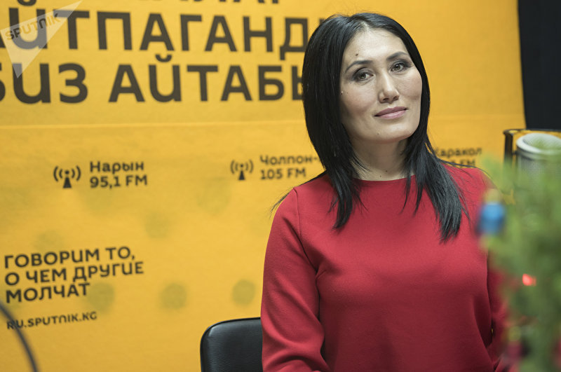 Участница проекта Сармерден, певица Анара Шаимкулова во время интервью на радиостудии Sputnik Кыргызстан