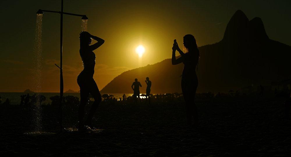 Девушки на пляже. Архивное фото